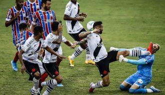 Giải VĐQG Brazil: Leandro Castan nhận thẻ đỏ vì đạp thẳng mặt thủ môn
